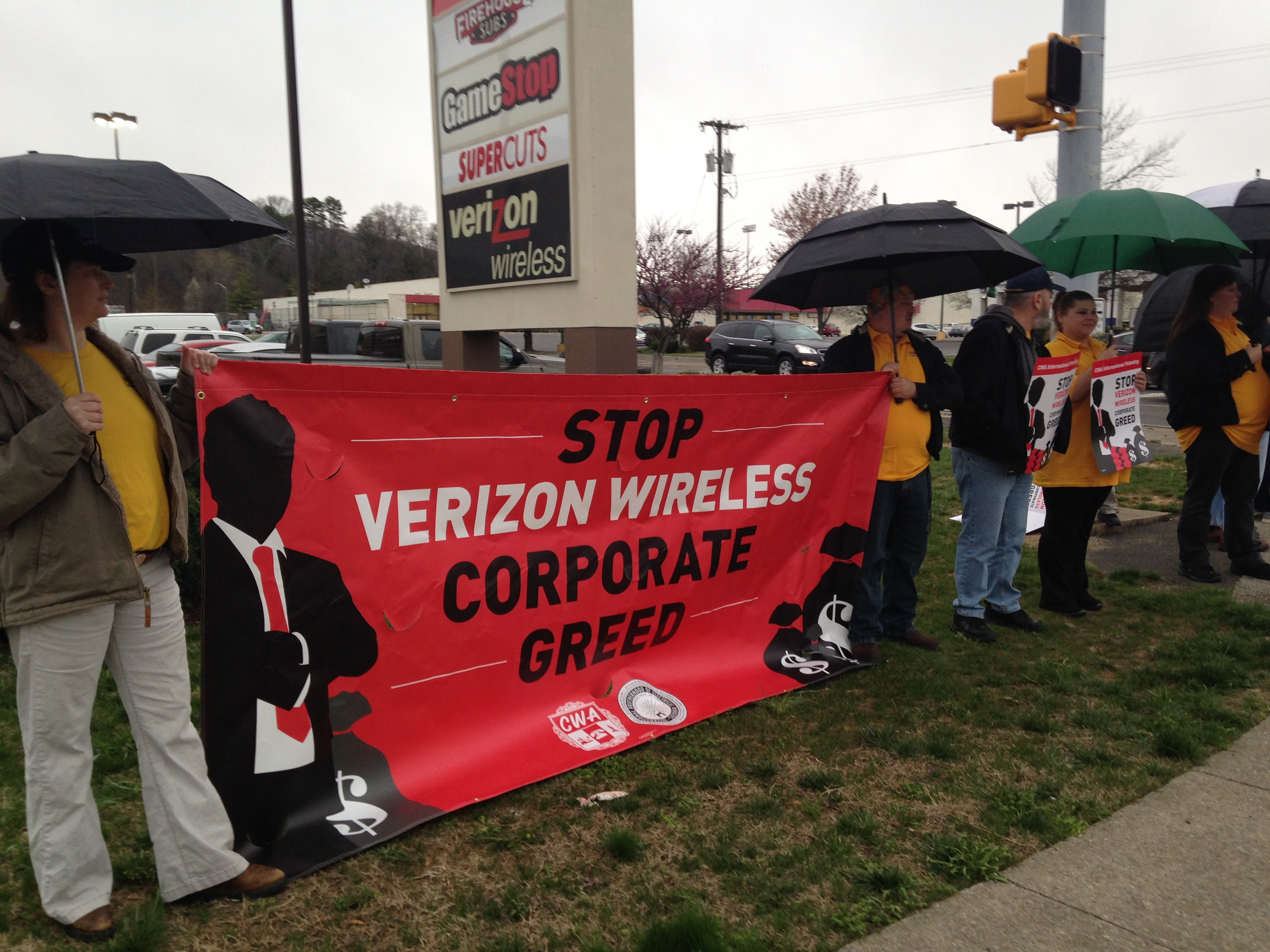 Local 400 Activists Stand In Solidarity with Verizon Wireless Workers